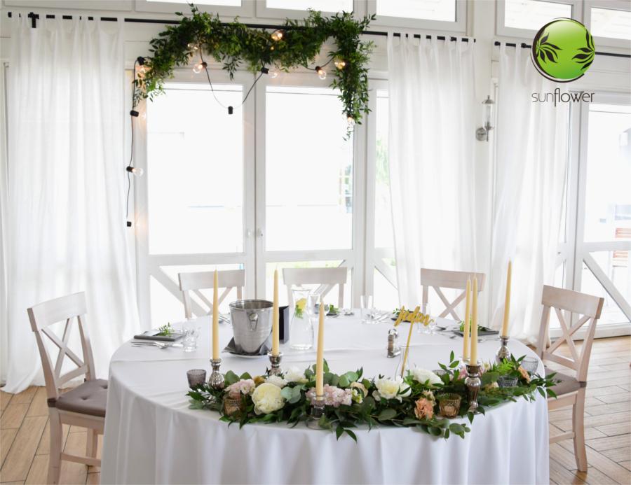 Kwiaty na stole z numerkiem