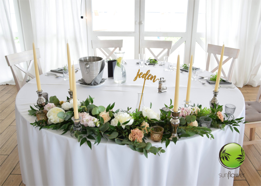 Przystrojony kwiatami stół z numerem