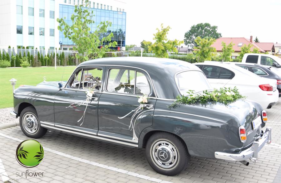 Stary czarny samochód