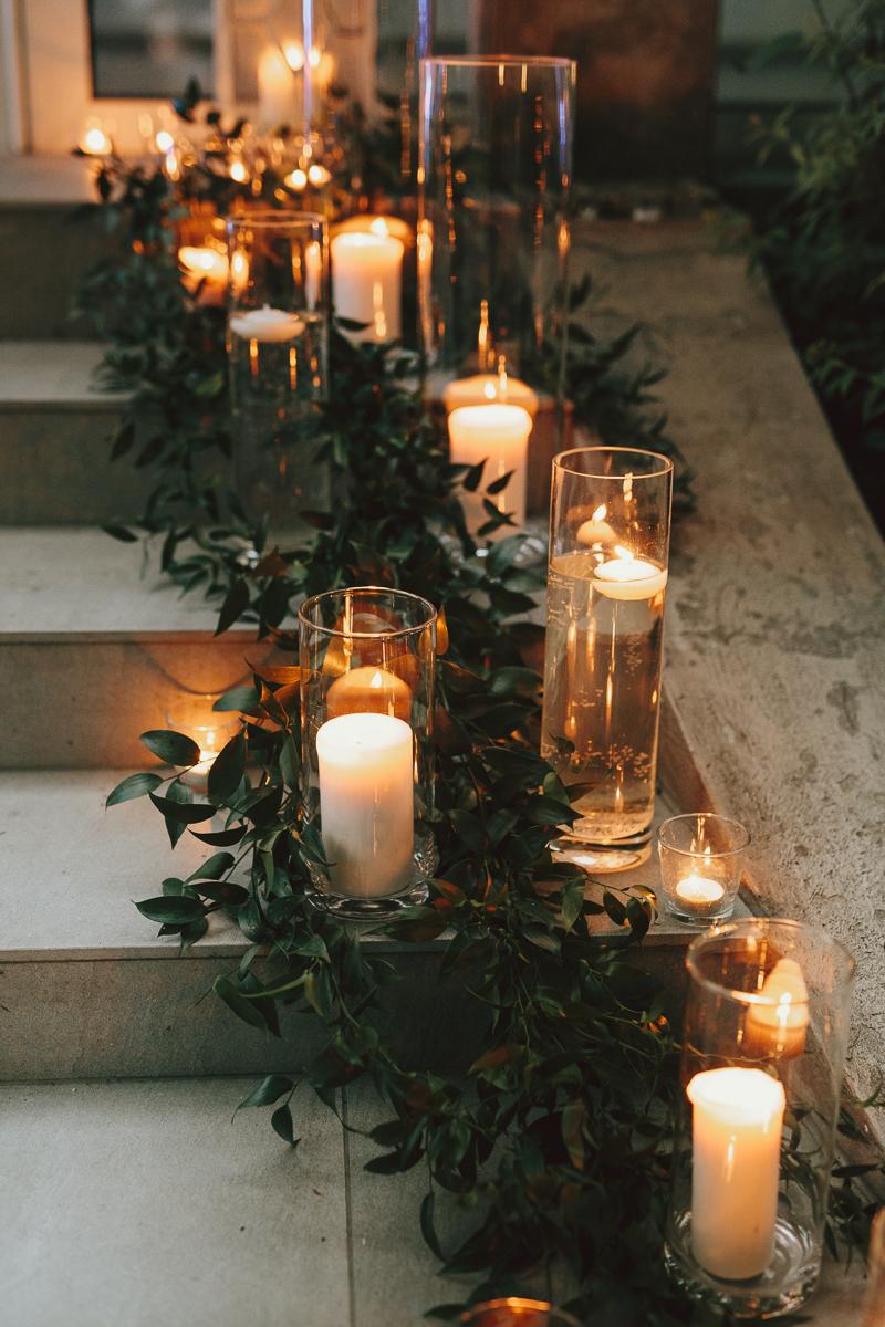 Zapalone świece na schodach