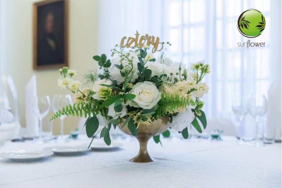 Wazon z białymi kwiatami