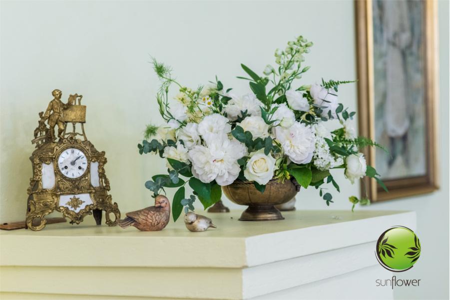 Białe kwiaty w mosiężnym wazonie