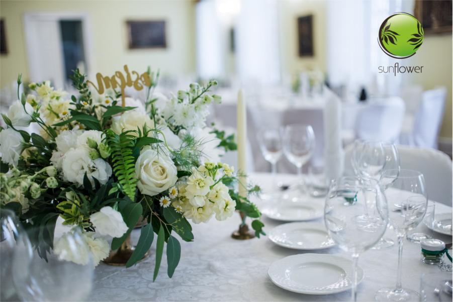 Jasne dekoracje stołu weselnego