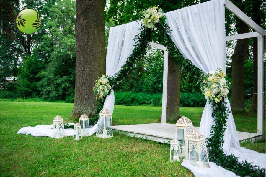 Lampiony na ślubie w ogrodzie