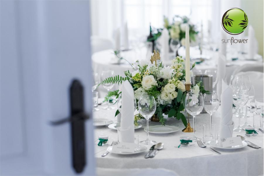 Udekorowany stolik weselny