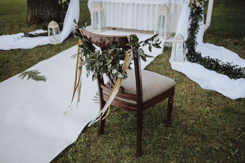 Udekorowane krzesło na ślub