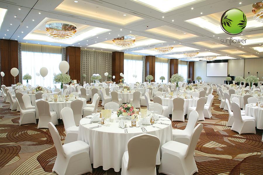 Przystrojona duża sala weselna