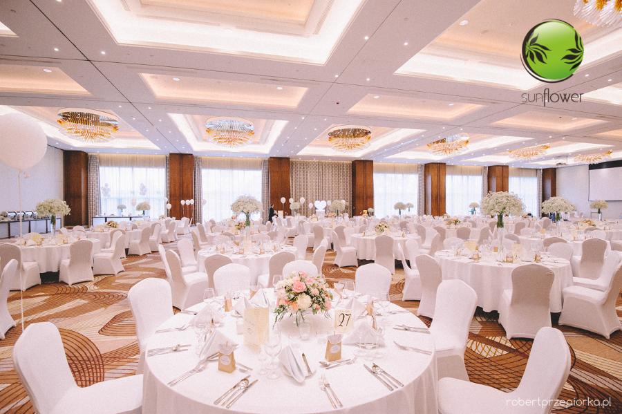 Duża przystrojona biała sala weselna