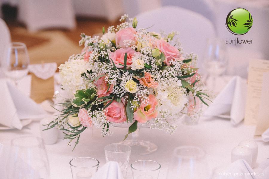 Różowy bukiet z małymi kwiatkami