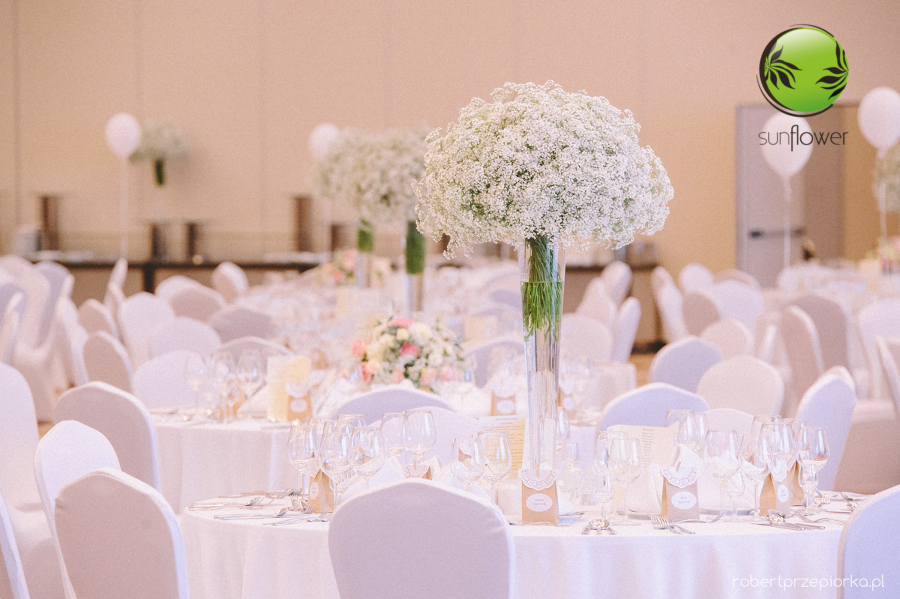 Wysokie wazony z białymi kwiatami