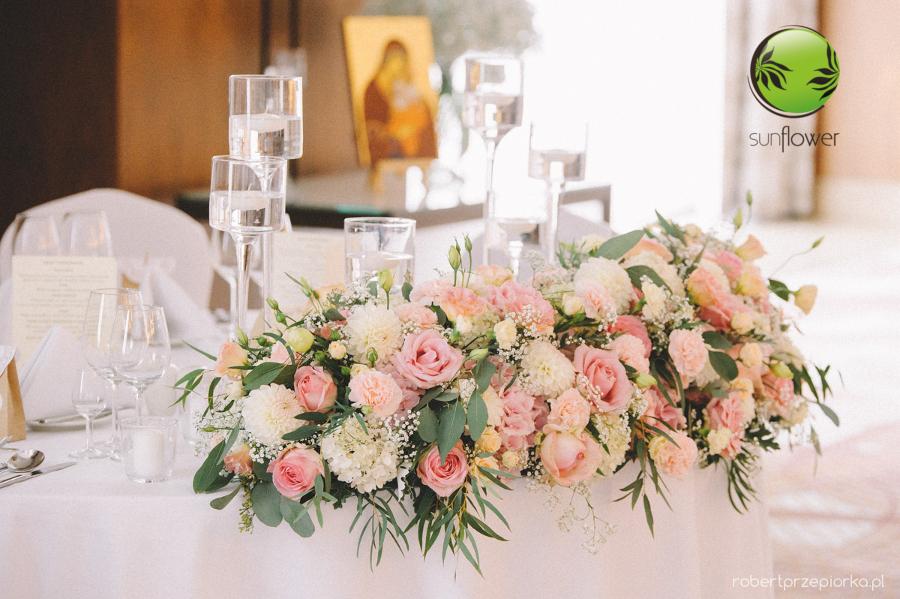 Różowe kwiaty na stole weselnym