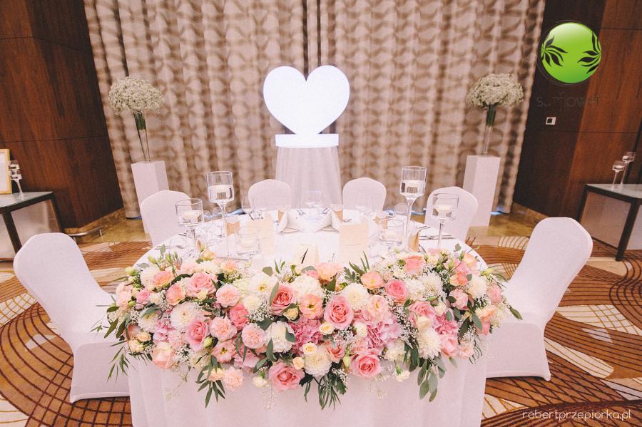 Rozległy różowy bukiet na stół