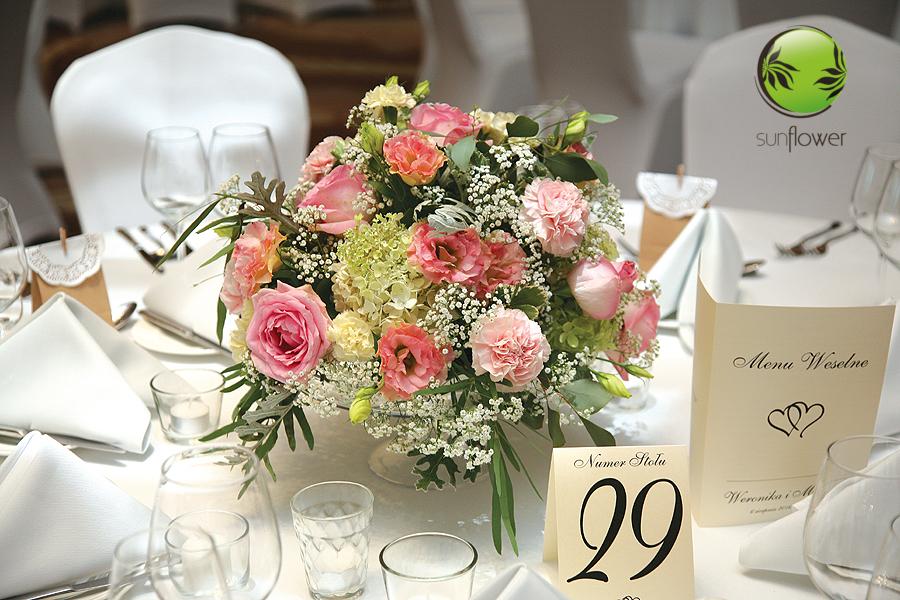 Bukiet weselny z różowymi kwiatami