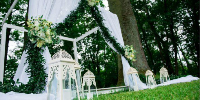 Białe lampiony pod białą altaną