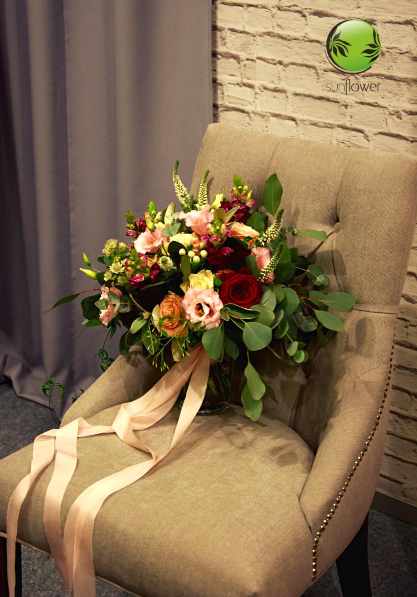 Bukiet weselny na fotelu