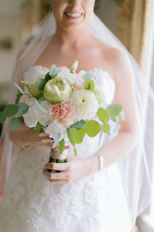 Uśmięchnięta panna młoda z kwiatami