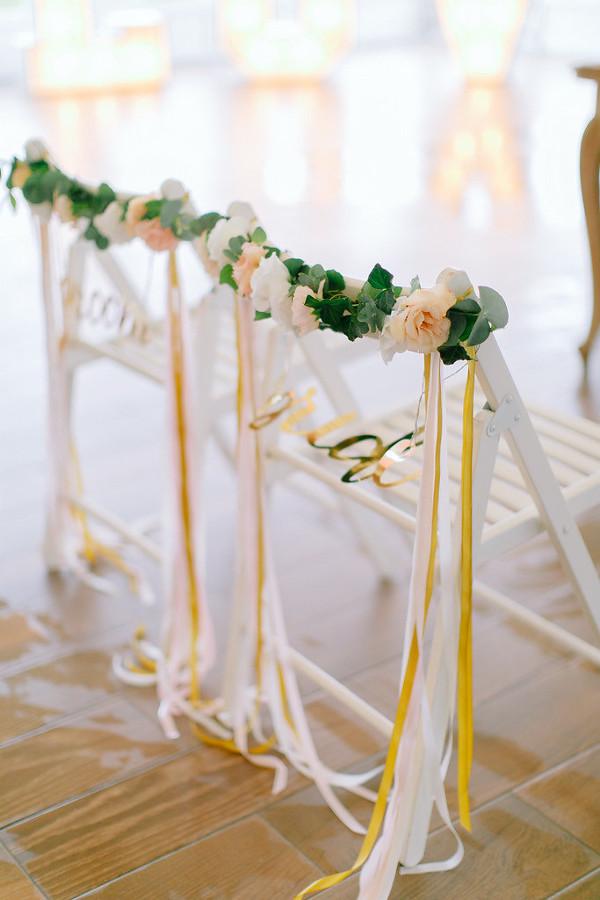 Krzesła z kwiatami i napisami