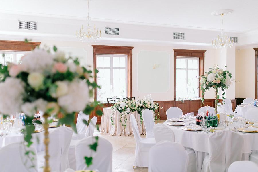 Sala weselna przystrojona bukietami