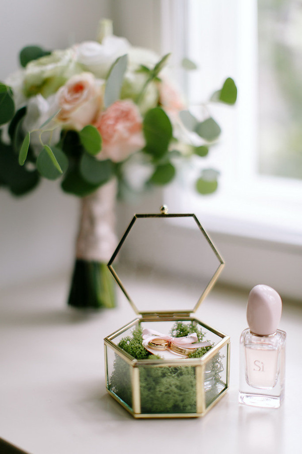 Małe dekoracje ze szkła i metalu
