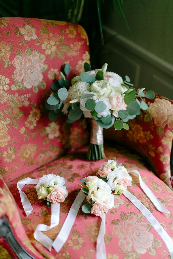 Kwiaty na wzorzystym fotelu