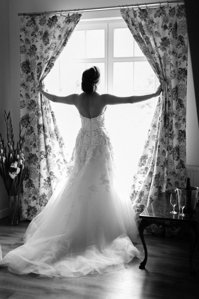 Panna młoda patrząca przez okno