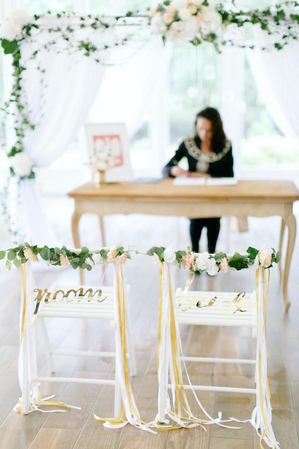 Przystrojone krzesła na ślub