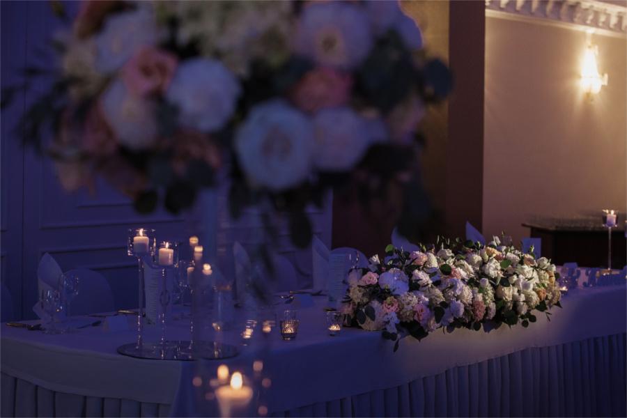 Dekoracje z kwiatów w ciemnej Sali