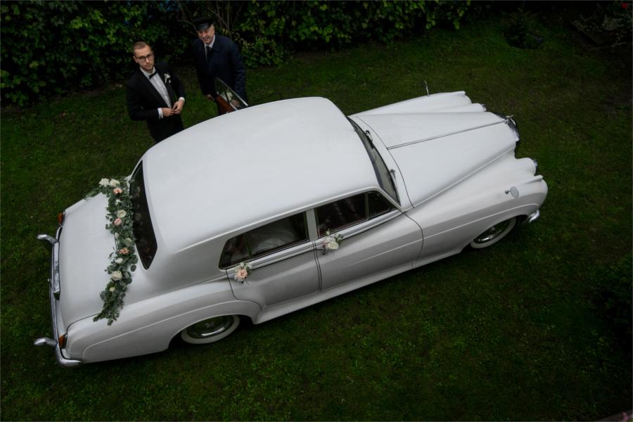 Zabytkowy biały samochód na ślub