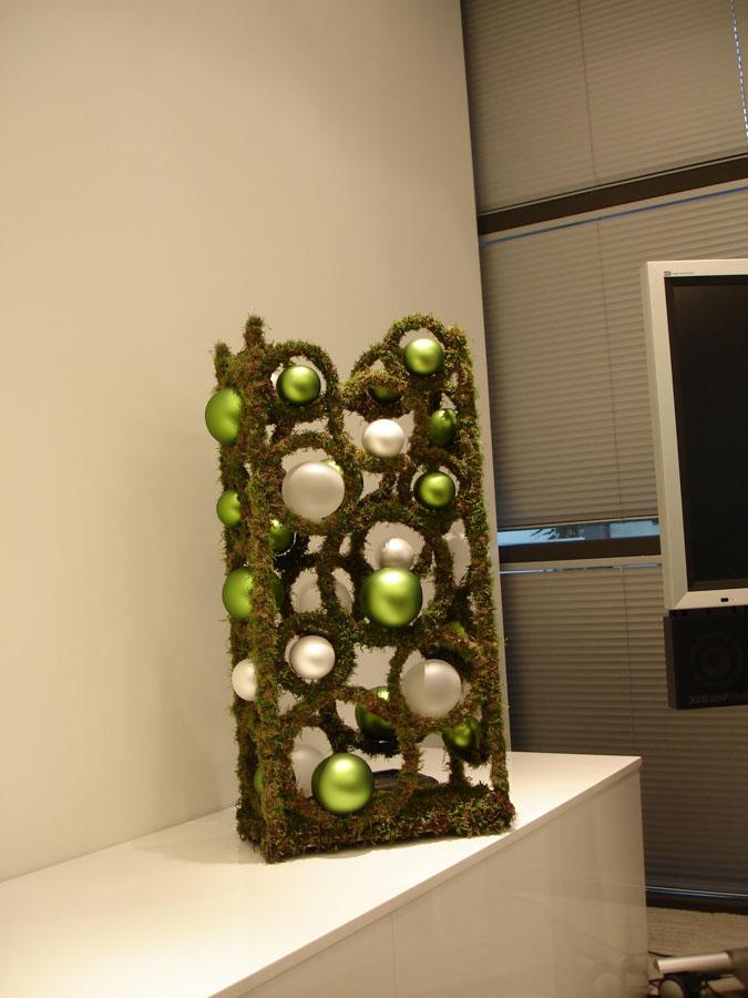 Zielono-biały stroik z mchem