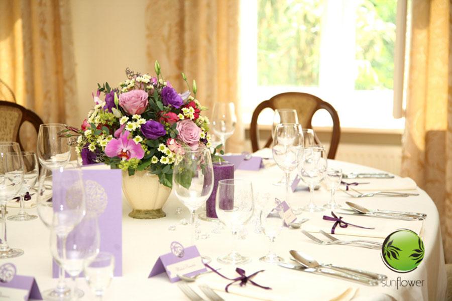 Fioletowy bukiet jako dekoracja na stole