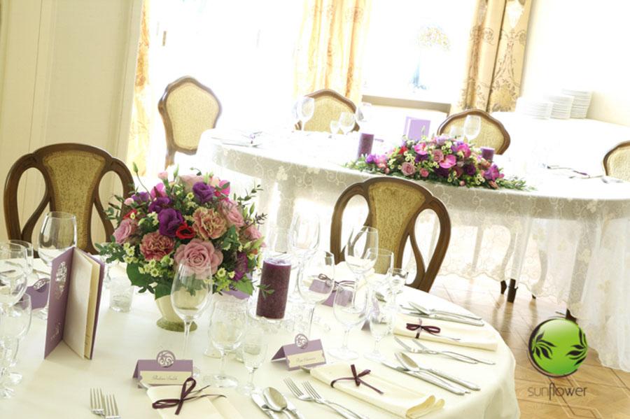 Brązowe krzesła i fioletowe ozdoby