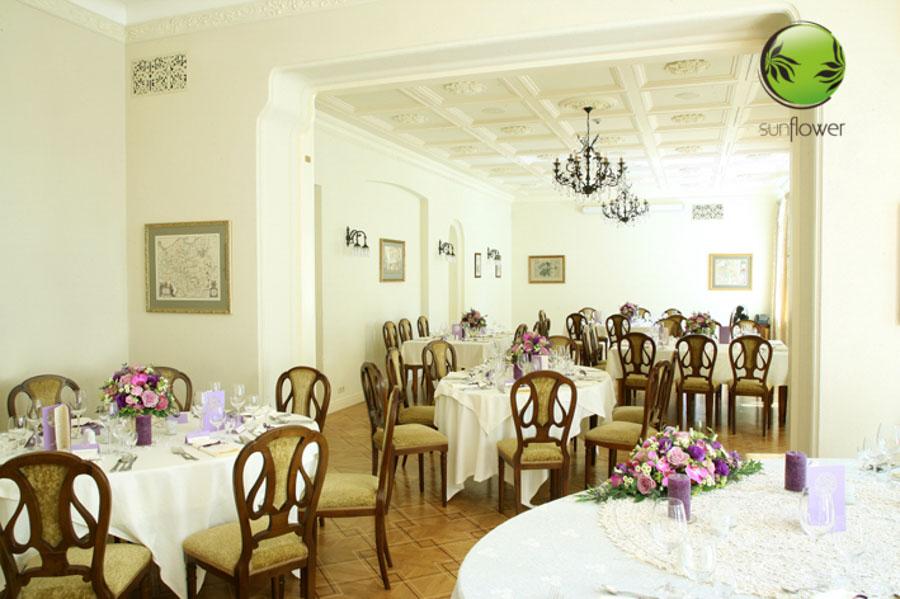 Sala z krzesłami i fioletowymi ozdobami