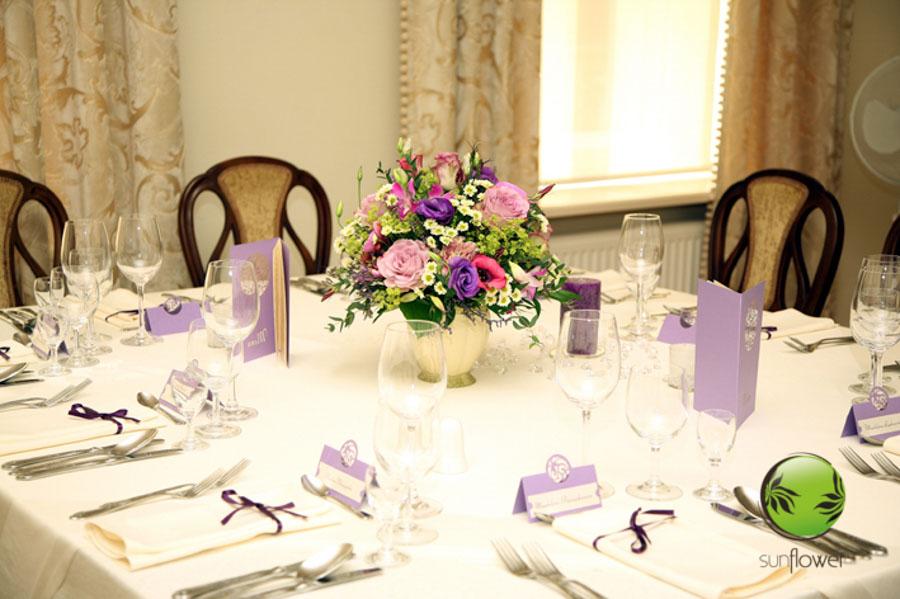 Zastawa stołowa i fioletowe karteczki