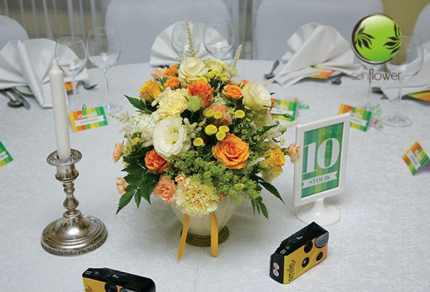 Pomarańczowe kwiaty na stole