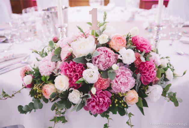 Rożowe kwiaty z cyfrą jeden