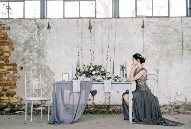 Panna młoda i szary stół